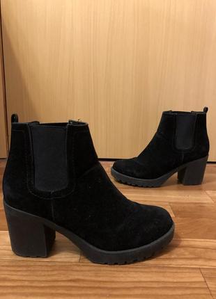 Красивые ботинки на каблуке