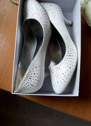 Свадебные туфельки со стразами. отличное состояние. аккуратные.