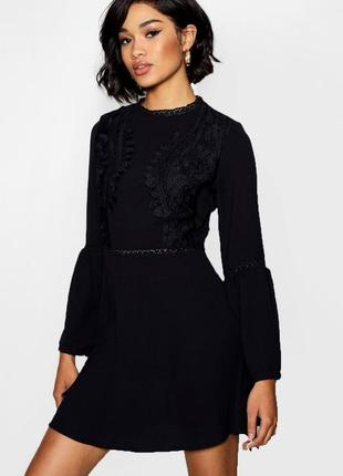 Чёрное платье с кружевом и длинным рукавом