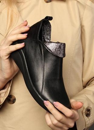 Кожаные женские демисезонные черные короткие ботинки с блестящим язычком натуральная кожа