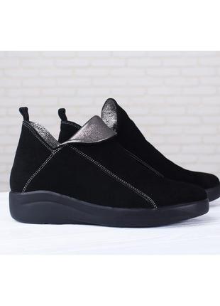 Замшевые женские демисезонные черные короткие ботинки с блестящим язычком натуральная кожа