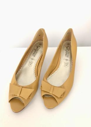 Кожаные горчичные лодочки босоножки туфли на небольшом каблуке