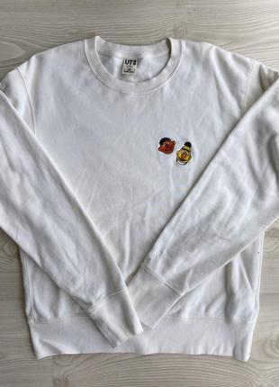 Молочный свитер с нашивками