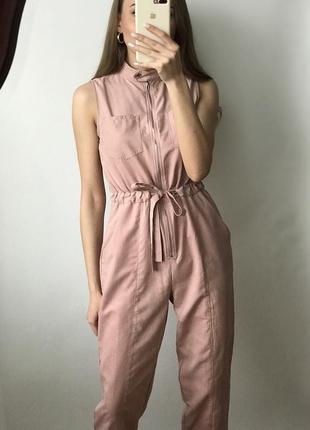 Комбинезон пудровый брючный костюм розовый нюдовый длинный карманами поясом завязки сафари