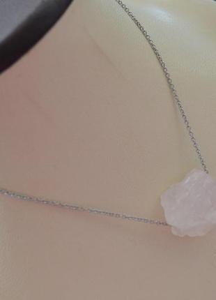 Цепочка серебристая с необработанным розовым кварцем ′ия′
