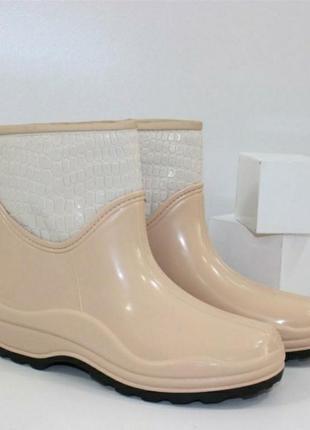 Резиновые сапоги. резиновые ботинки.