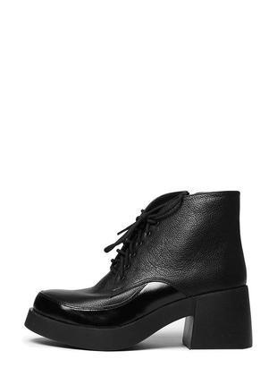 Женские кожаные черные короткие весенние ботинки на массивном каблуке натуральная кожа