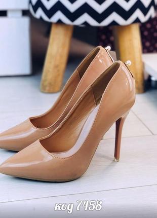 Бежевые лаковые туфли лодочки на шпильке,лакированные бежевые туфли на высоком каблуке
