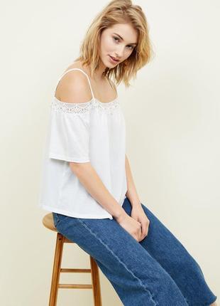 New look. футболка с открытыми плечами с декорацией крошет.