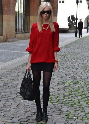 Яркий красный свитер большого размера