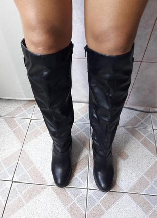 Абсолютно новые черные сапоги на толстом каблуке