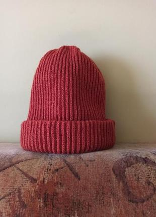 Зимняя бордовая шапка