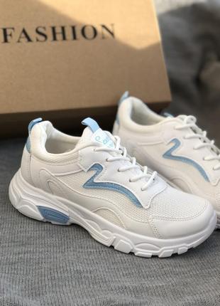 Белые спортивные кроссовки