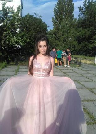 Очень красивое платье,подойдет любой девушке ,с зади утягивающий карсет.