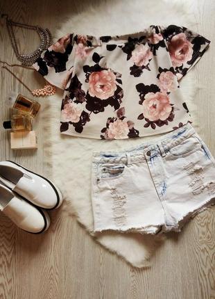 Серая блуза в цветочный принт рисунок с открытыми плечами рукавами нарядная стрейч