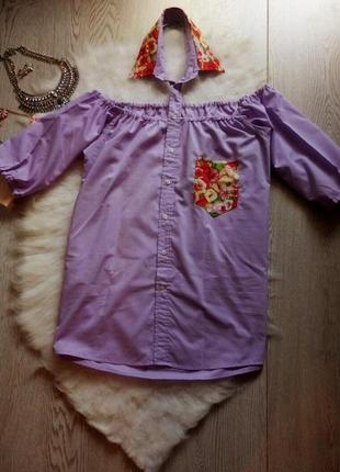 Лиловая рубашка с открытыми плечами воротником карманом в цветочный принт фиолет