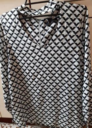 Красивая блузка с чокером и декольте на молнии