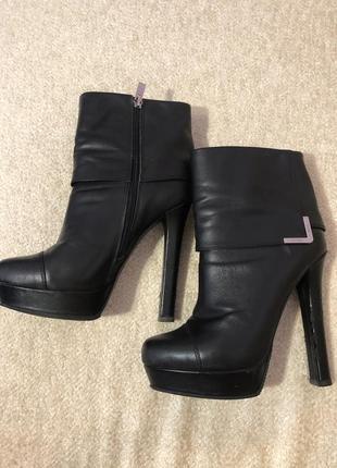 Чёрные ботинки на высоком каблуке