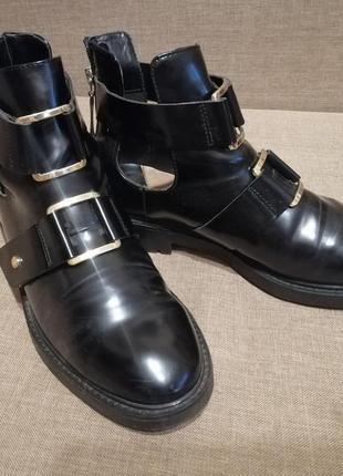 Ботинки с пряжками