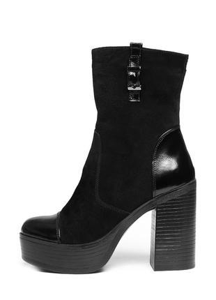 Замшевые черные женские демисезоные ботинки ботильоны с лаковыми вставками на каблуке