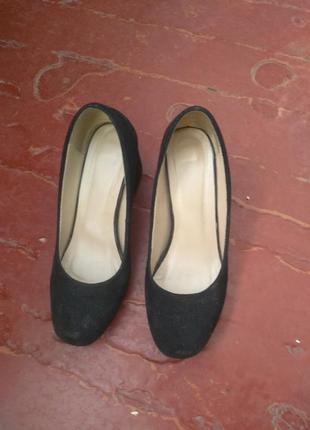 Туфлі з чорної замші