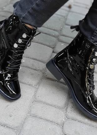 Зимние ботинки на плоской подошве