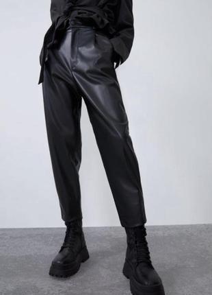 Вкорочені штани zara з еко шкіри розмір м