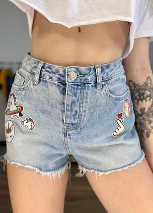 Высокие шорты с нашивками джинсовые летние завышенные