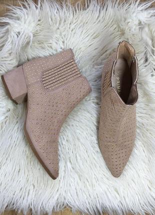Стильные ботинки в заклепках на толстом каблуке остроносые