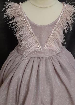 Детское платье. платье на выпускной. красивое платье. платье со шлейфом. платье с перьями.