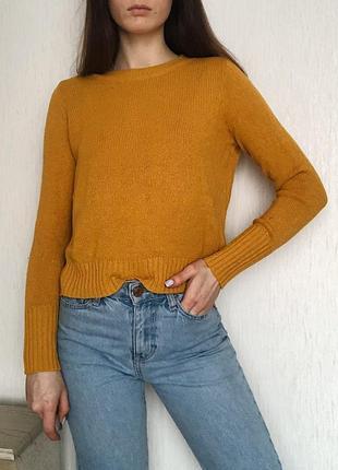 Женский свитер горчичного желтого цвета мелкой вязки немного укорочённый джемпер