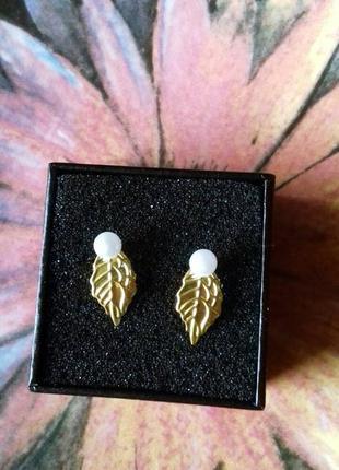 Нежные женственные серьги маленькие золотые листики с жемчугом ручная работа