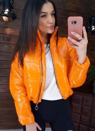 Женская короткая блестящая куртка
