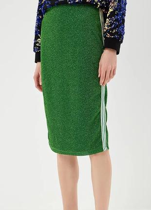 Зелёная юбка миди с люрексом и лампасами по бокам.