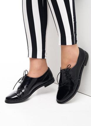 Черные лаковые туфли на шнурках