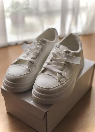 Весенние стильные кроссовки