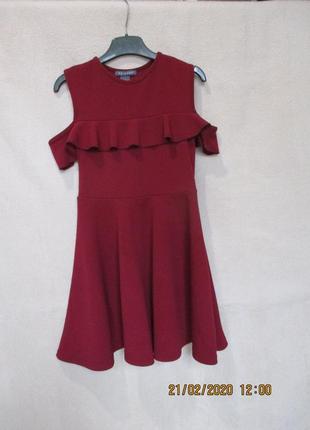 Стильное платье с рюшей открыты плечи 8-9 лет
