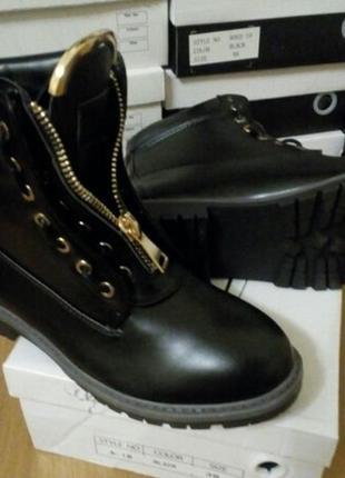 Стиляжные ботинки черные демисезон, фурнитура золото, декор змейка