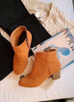 Актуальные рыжие короткие весенние ботинки на маленьком блестящем каблуке