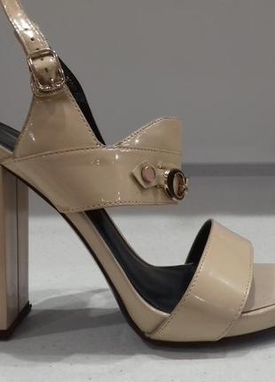 Шикарные босоножки на каблуку