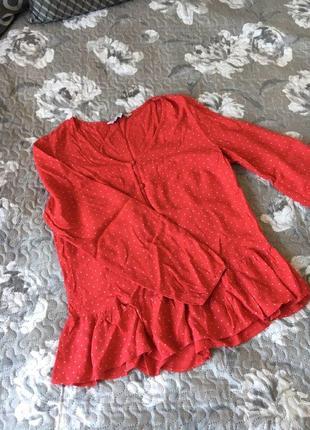 Ярко красная блузка в горошек