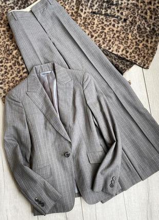 Классический женский костюм в полоску серого цвета