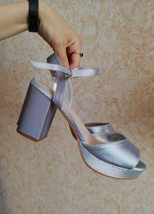 Босоножки туфли серебряные на каблуке толстом серые