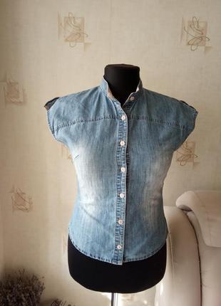Интересная рубашка без рукавов, джинс, потертости