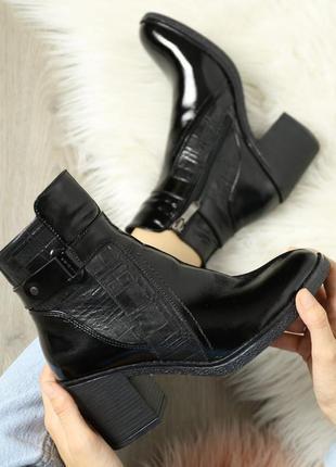 Кожаные лаковые женские демисезонные черные ботинки с тиснением в клетку натуральная кожа