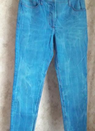 Ярко синие джинсы на каждый день)