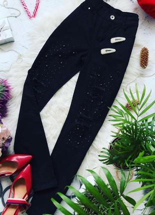 Крутые джинсы с красивым декором из страз и чёрных бусинок.
