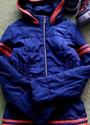 Спортивный/стёганый деми пуффер/куртка бомбер со съёмным капюшоном.