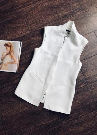 Очень стильная белая жилетка с кружевной спинкой