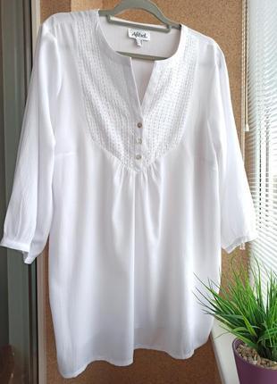 Красивая белая удлиненная блуза декорированная бисером
